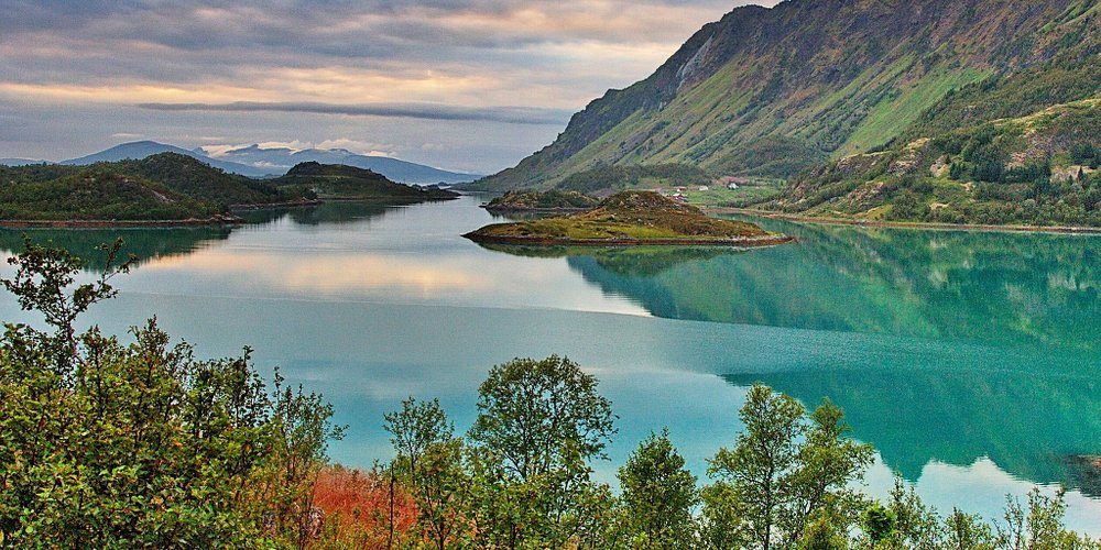 Stunningly beautiful views along the entire road. The turquoise color of the water of the bay, the majestic mountains can not leave anyone indifferent.