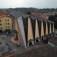 Chiesa moderna in zona Filosofi con belle vetrate ai lati.