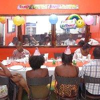 Repas entre famille et amis à l'occasion de l'anniversaire d'une petite fille.