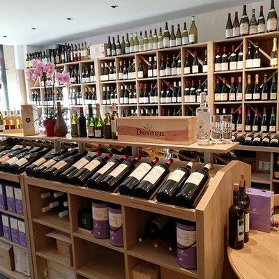 Pas de frontière géographique, des vins de tout pays (france, Grèce, Italie, Portugal, Espagne,...) pourvu qu'ils soient de très bonne qualité et respectueux de leur terroir, leur millésime et leur histoire.