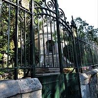 Vue depuis le portail d'entrée