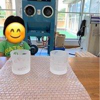 5歳3歳の子供と行きました。 平日でしたので予約もなしでしたがコップ作りができました。 磨りガラスで好きなカップの柄が作れるので5歳の息子でも楽しんでいましたし、3歳の娘も楽しんでいました。 他にも吹きガラスなんかも体験できるそうです。 小さな子供だと磨りガラスのコップ作りがお勧めでしょうか? スタッフの方もつきっきりではなくある程度自由にそして、親切で丁寧に教えてくれますよ