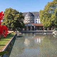 Trinkkuranlage Bad Nauheim mit Blick auf das ehemalige Grand Hotel Bad Nauheim
