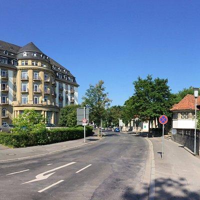 Ansicht des ehemaligen Grand Hotels links, rechts die Trinkkuranlage Bad Nauheim