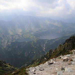 Widok z przełęczy Krzyżne na Dolinę Pięciu Stawów Polskich