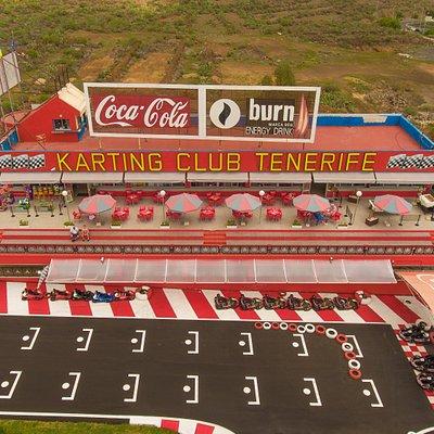 Amplia terraza con espectaculares vistas para que puedas tomar algo en nuestro Bar.