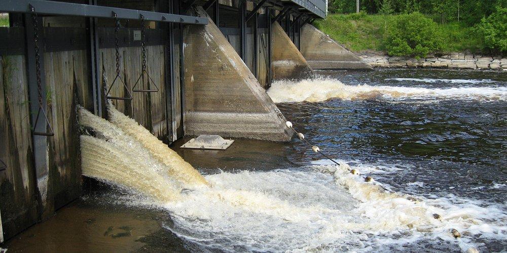 Rohkeimmat uskaltavat jopa ottaa suihkun Neulatammin padolla Runnilla.  Valtaosa tyytyy vain kuuntelemaan padon valtavaa kohinaa.