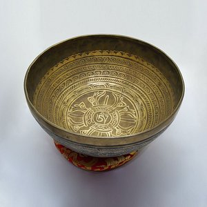 ✊Hand-hammered beautifully carved bowl by our artisan.  You can order it here: http://bit.ly/2lBh2Jh Bowl will arrive placed in a safe wooden box.  Free ✈️shipping from Boudha, Kathmandu, Nepal🇳🇵.
