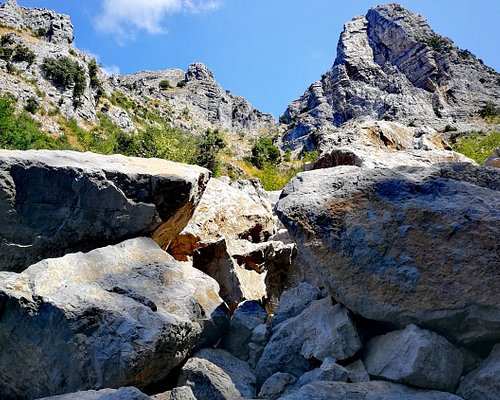 Il complesso di Sant'Angelo a Tre Pizzi (e in particolare, il Canino - 1425m - e la Caldara - 1390m) visti dalla frana che il 4 gennaio 2002 si staccò dalla Caldara. Almeno 6000 metri cubi di roccia si staccarono dalla montagna dirigendosi nel Vallone Porto, fermandosi prima di raggiungere Nocelle.