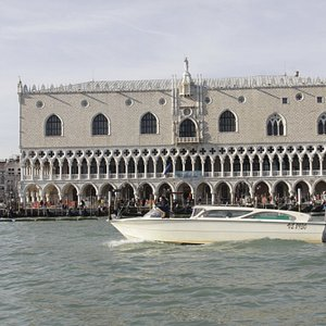 A lagoon tour in water taxi