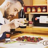Per un pranzo leggero vi invitiamo ad assaggiare iI nostro carpaccio di manzo ai frutti rossi e aceto balsamico di lampone Giusti, ideato dal nostro chef Alessandro Candiano,