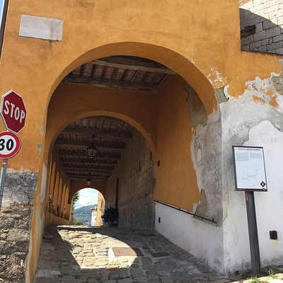 La chiesa ha un porticato laterale dove è ubicato l'ingresso laterale. Accesso  in consentito, la chiesa è chiusa, bisogna ammirarla solo dall'esterno.