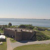 Fort Buitensluis in Numansdorp. De foto is schuin van boven genomen, waardoor de prachtige ligging aan het Hollandsch Diep goed zichtbaar is.