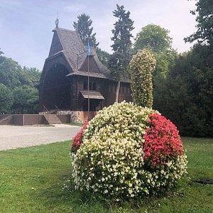 公園の一角にあるので、花の造形物に囲まれています。