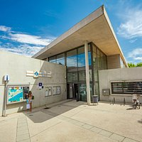 Entrée principale du bâtiment administratif où se trouve l'office de tourisme.   © Hervé Leclair Aspheries
