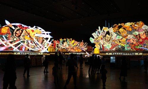 国指定重要無形民俗文化財 青森ねぶた祭 に出陣した大型ねぶた4台を常設展示。1年中青森ねぶた祭が体感できます!         館内は撮影・動画OK!ぜひ素敵な思い出を残して下さい。