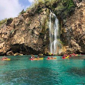 Ruta en Kayak por los Acantilados de Nerja y Maro. Salida desde Playa Burriana (Nerja). Educare Aventura Nerja. Todos los días de Marzo a Diciembre
