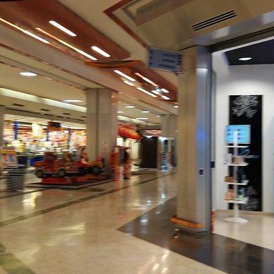Un centro commerciale molto carino e non molto grande , per la spesa e per mangiare un boccone veloce per chi lavora e non ha tempo è l'ideale ...cibo buono prezzi modici...