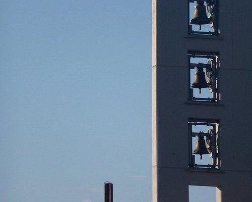 particolare del moderno campanile a vela