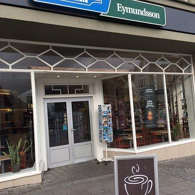 Dieser Buchladen mit seinem Kaffee lädt zum Schmökern und Verweilen ein!