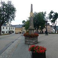 Die Historisches Postmeilensäule på Marktplatz i Kurort Wiesenthal