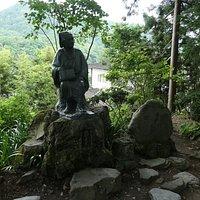 山寺立石寺の境内にある松尾芭蕉像。東北の素晴らしい寺院・神社には必ずと言っていいほど訪問されてますが、当時は車や電車なんぞなかったのでその行動力や体力には敬服します。 すぐ側には『奥の細道』における奥州・北陸の旅に同行した弟子の曽良像があります。