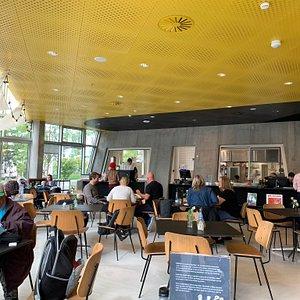 Cafeen på Ku.BE drives af Cafe Glad, der er en socialøkonomisk forening. De laver glimrende mad - og til en rigtig god pris.  Cafeen har også fællesspisning hver onsdag. God mad, rigelige portioner, hyggeligt samvær og rigtig god pris.