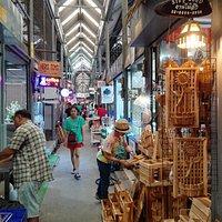 Einer der typischen Marktgänge in einer der beiden Hallen