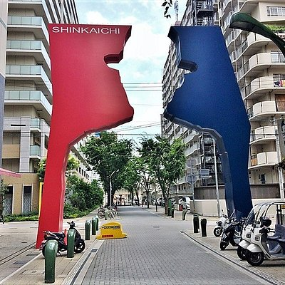 Bigman gate,Created in 2002 at the entrance of the shinkaichi mall. The blue and red gates opposite one another and the yellow gate serve as symbols of high-color Kobe.