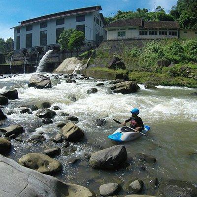 Sungai Cianten PLTA Kracak, sesi sungai untuk sekolah kayak arus deras