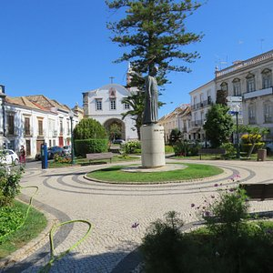 het plein met standbeeld