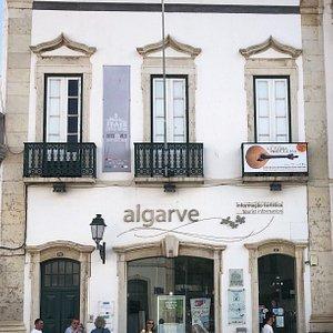 Tourist Office Faro naast de Arco da Vila