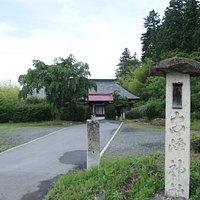 この古峯神社という小さい神社脇に公園に登る荒れた道があります。