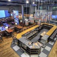 Établissement de plus de 200 places assises avec bar, mezzanine et terrasse.