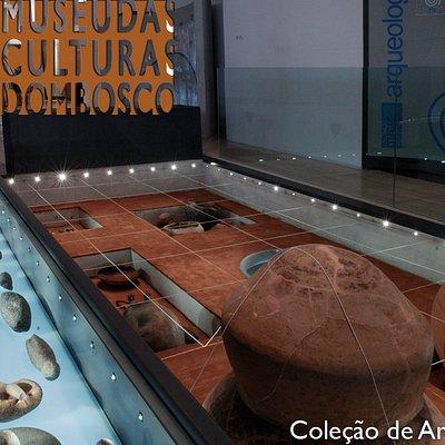 Representação de um sítio arqueológico na Exposição de Longa Duração, com artefatos provenientes de cincos estados brasileiros: Amazonas, Rondônia, Mato Grosso, Mato Grosso do Sul e São Paulo.