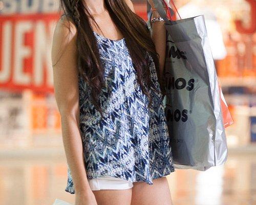 Clienta feliz comprando en burbujas expresión y colchones Comodisimo del Centro Comercial Portal de San Felipe.