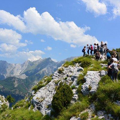 La vetta dell'Orto Botanico rappresenta una vera e propria finestra sul paesaggio delle Alpi Apuane: da qui la vista spazia dalle montagne circostanti fino al Mar Ligure...