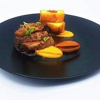 La picanha de bœuf marinée puis grillée, caviar d'aubergine et piquillos, pomme frite façon « spicy »