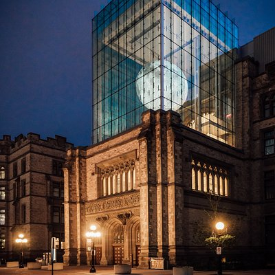 In the Queens' Lantern of the Museum hangs a seven-metre-wide sculpture of the moon, designed by UK artist Luke Jerram.