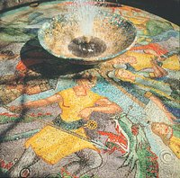 Was glänzt und glitzert denn da so im Zentrum von Hohenems? Das sind die farbenfrohen Mosaiksteine des Nibelungenbrunnes, die dieses Schauspiel auslösen. Das Plätzchen, an welchem der Brunnen steht, ist nicht weniger bewundernswert: unter Bäumen, vor den Gemäuern des Palastes.