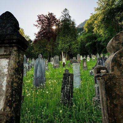 Besuchen Sie eines der bedeutendsten kulturhistorischen Zeugnisse des Landes: den Jüdischen Friedhof, der südlich von Hohenems am bewaldeten Abhang des Schwefelberges liegt.