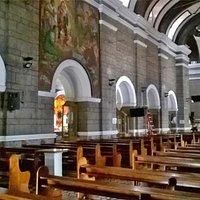 navata centrale, con scorcio dell'altare e di una navata laterale