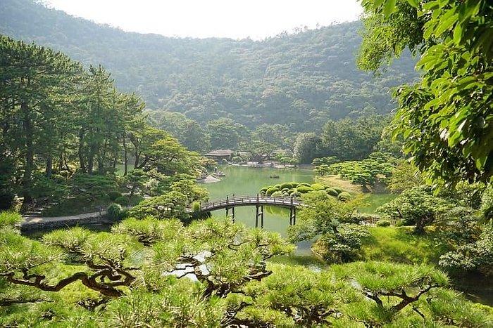 新認識的朋友說因爲看到了一張照片,所以想去四國的栗林公園⋯,我很好奇,究竟是哪張照片的魔力呢?⋯但她說忘了⋯也許,旅行動力本來就不理性⋯。住大阪往返京都已不近,還要往返高松⋯,哈哈,我想我是個懶惰移動的人。但話說「栗林公園」是自己在高松意外的驚喜,很美,很⋯喜歡;可惜時間太短,太熱,跑到快中暑⋯,下次我想好好散步,據說這裡秋天很美喔!  高松市區令人驚艷的美景,一步一景的栗林公園(りつりんこうえん)。 https://happycloud2013.blogspot.com/2016/09/blog-post_14.html?m=1  #日本 #四國 #香川縣 #高松市 #栗林公園 #りつりんこうえん