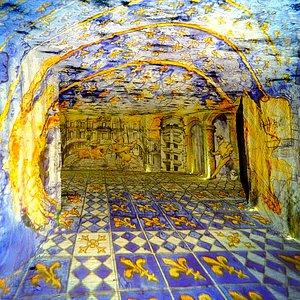 Des tapisseries de lumière, travaillées par deux artistes de renom à partir des techniques picturales empruntées à l'art des vitraux, offrent au public une vision inédite des grands châteaux de la Loire, retraçant l'histoire et l'origine des caves.