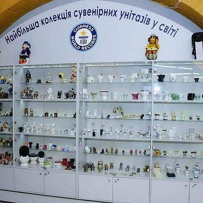 Самая большая коллекция сувенирных унитазов в мире. Имеет сертификат Книги рекордов Гиннеса