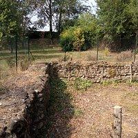 """la didascalia è: """"questo è il recinto familiare di epoca romana, I sec. d. C., Parco Ada via Postumia. Ulteriori info sul sito di via Albare"""