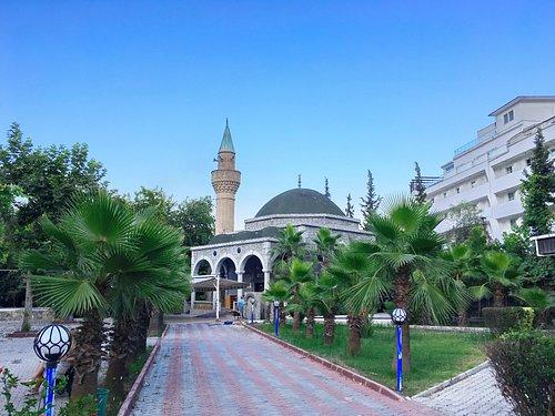 Мечеть в курортном посёлке Бильдиби.