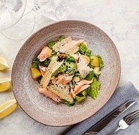 Салат с копченым лососем и мочеными яблоками