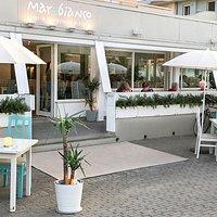 Nel periodo estivo la nostra location si arricchisce di tavoli on-the-street per assaporare al 100% la magia di cenare all'aperto sotto le stelle...