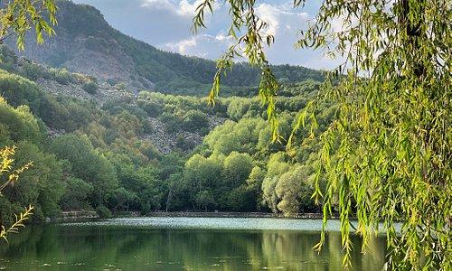 Очень красивое озеро и место для отдыха. Классно модно провести время. Есть места для мангала и пикника.